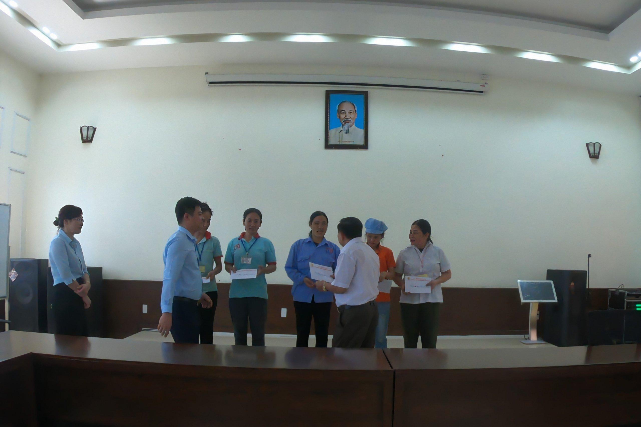 Liên đoàn lao động Huyện Kim Động tặng quà cho lao động Công ty có hoàn cảnh khó khăn